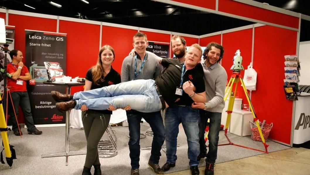 BURSDAGSBARNET: Morten Wernberg i Scanlaser ligger trygt i armene til kollegaene Helene Grannes (f.v), Vemund Kaas, Petter Skaare og Rune Gustavsen.