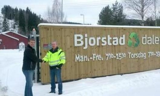 Salgsingeniør Robert Hvaal i Pon Equipment (t.v.) og daglig leder i Bjorstaddalen Avfallsanlegg, Sindre Hauen.