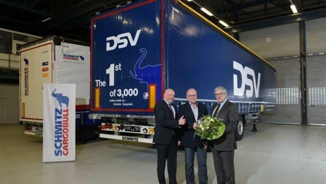 Søren Lund, direktør for anskaffelser hos danske DSV Road Holding NV, mottar den første av 3000 semitrailere fra styremedlem Ulrich Schöpker og internasjonal Key Account-sjef Josef Warmeling i Schmitz Cargobull AG.