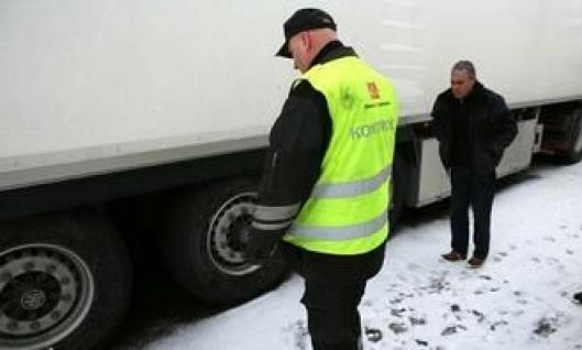 Her har inspektør Bjørn Uno Rogneby i Statens vegvesen nettopp utfordret den portugisiske sjåføren å vise merker på dekkene som viser at de er godkjent for bruk på vinterføre. På grunn av språkproblemer gjorde ikke sjåføren noe.