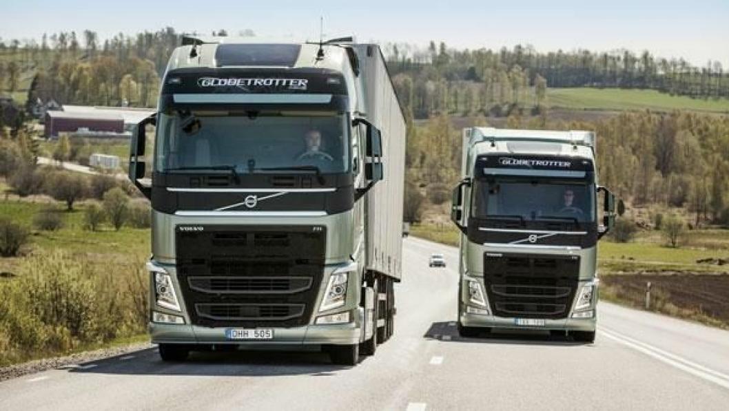 To identiske Volvo – en med ordinær I-Shift og en med I-Shift Dual Clutch opp en bakke hvor sistnevnte girer uten krafttap og dermed mister mindre hastighet.