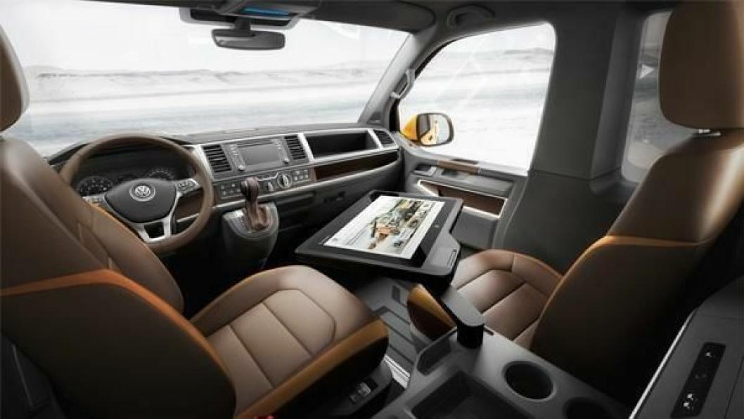 Svingbare stoler, stort nettbrett og espressomaskin gjør at førerhuset kan brukes til mer enn å ratte.