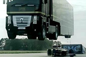 Vogntog hopper over Formel 1-bil