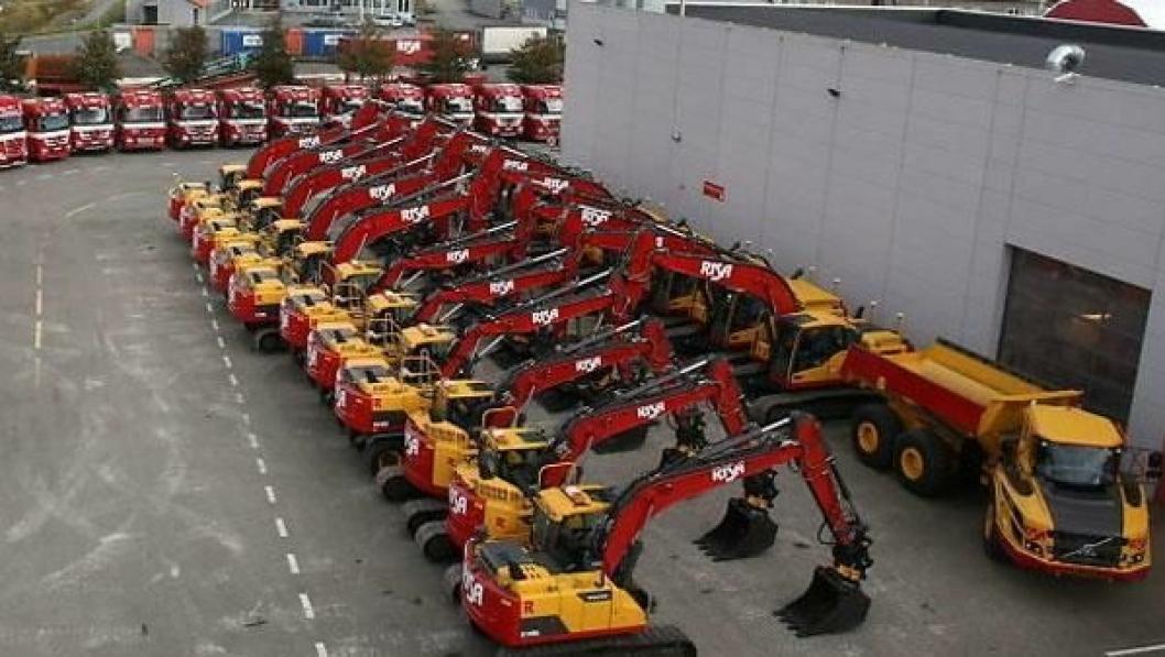Dette var en av årets store overleveringer av maskiner, da Risa fikk levert 19 gravemaskiner og en dumper fra Volvo.