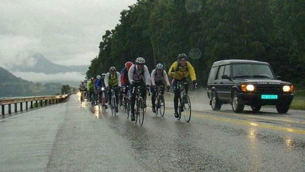 Sykkelrittet mellom Trondheim og Oslo er 540 km langt, og syklistene synes lastebilene er i veien.