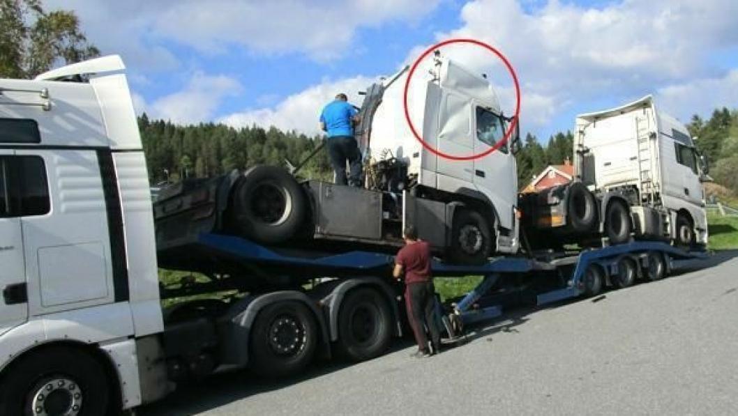 Det ble ødeleggelser på Volvo-en som fikk slått ned førerhuset i trekkvogna bakerst på lasset.
