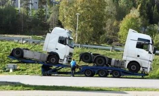 Tralla med de to trekkbilene ble parkert ved fornøyelsesparken Tusenfryd der E6 og E18 krysser hverandre. De tilhørende sjåførene følger bilene sine uansett om de kjører selv eller bilene er lasset.