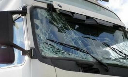 Volvo-en fikk vippet førerhuset i stussen på MAN-en den sto sammen med på tralla i høy hastighet.