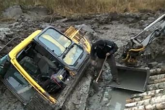 Gravemaskin må reddes fra drukning