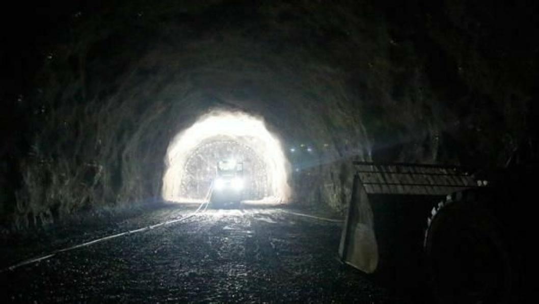 Blir det konvensjonell driving med boring og sprengning, eller blir det TBM-maskin gjennom Ulrikken-fjellet? Dette illustrasjonsfotoet er fra Skanskas jernbanetunnel i Holmestrand.