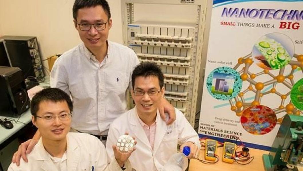 Professor Chen Xiaodong ved Nanyang Technology University (bak) sammen med sine assistenter Tang Yuxin og Deng Jiyang.