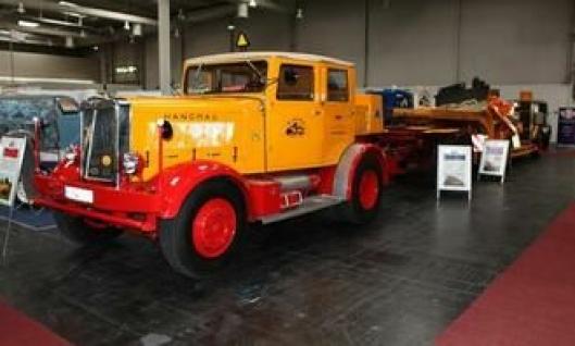 Hanomag ST 100 fra 1947. Sekssylindret motor som yter 100 hk. Egenvekt 6825 kg, tillatt totalvekt 8750 kg. Toppfart 45 km/t.