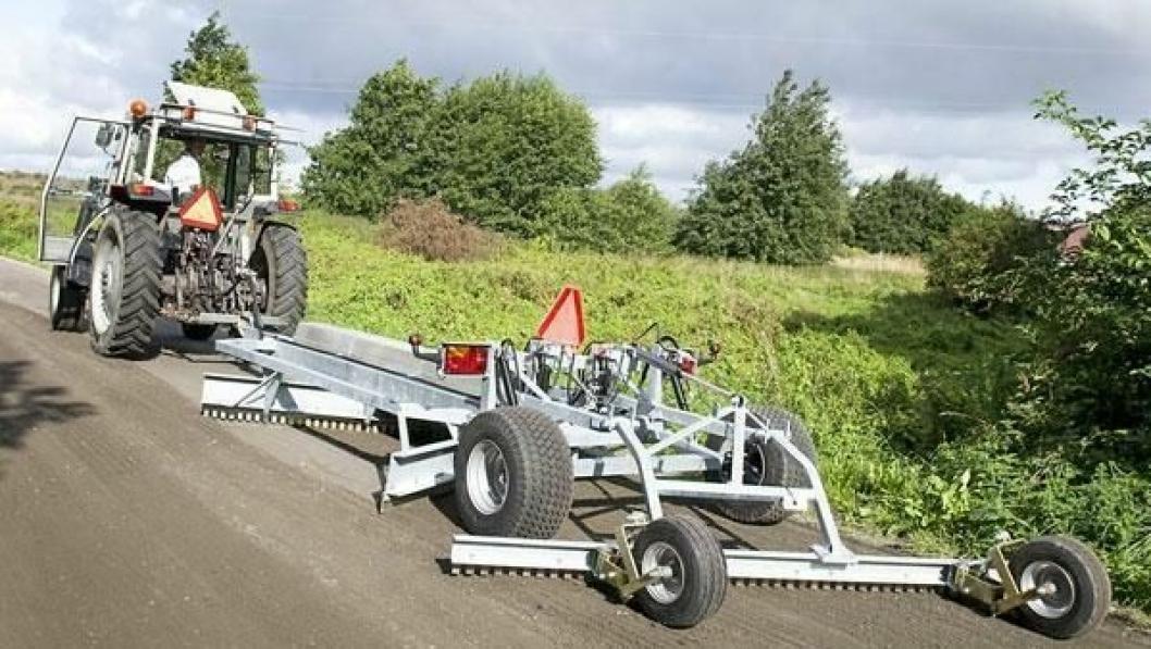 Ysta veiskrape i bruk i kombinasjon med traktor.