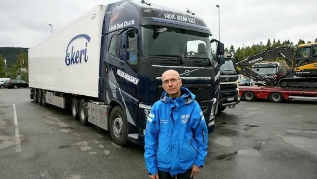 Per A. Danielsen, produktsjef/lastebiler, Volvo Norge AS, foran FH 540-modellen med den nye girløsningen.