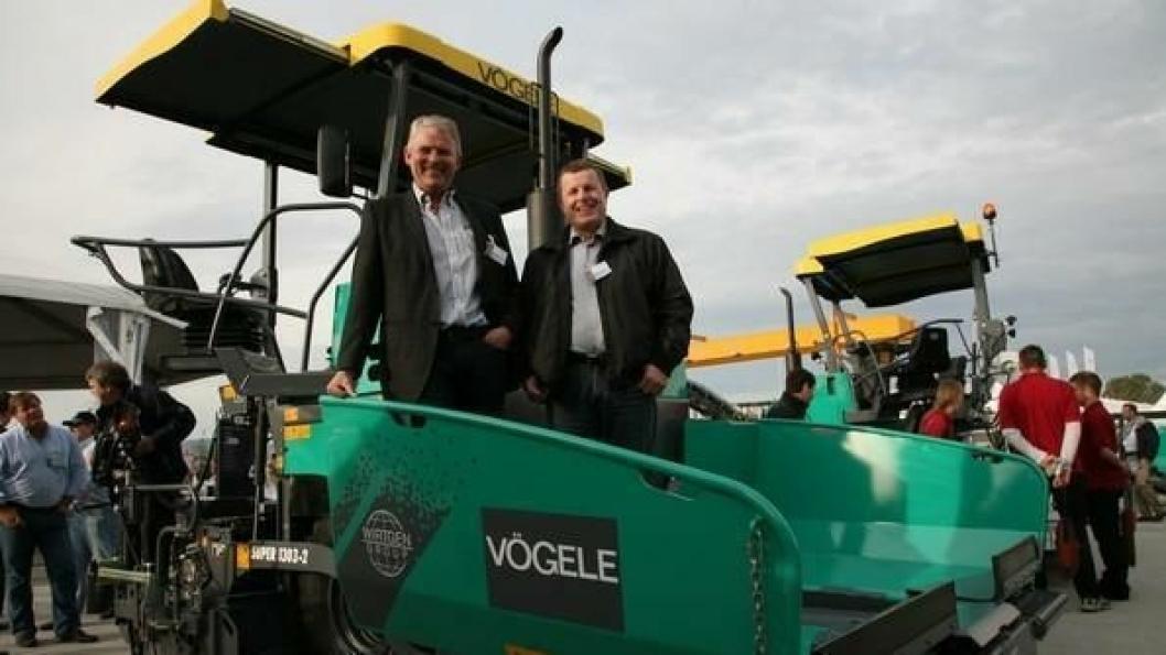 Adm. direktør Rune Gulli (t.v.) og salgsleder Eddy Heggard Engebretsen, Wirtgen Norway AS, med asfaltutleggeren Super 1303-2 som er en firmaets bestselgere.