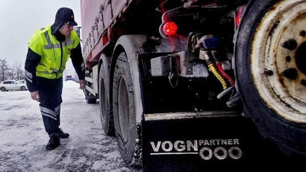 Pål Hansen fra Statens Vegvesen sjekker dekkmønsteret under en kontroll i Lier.