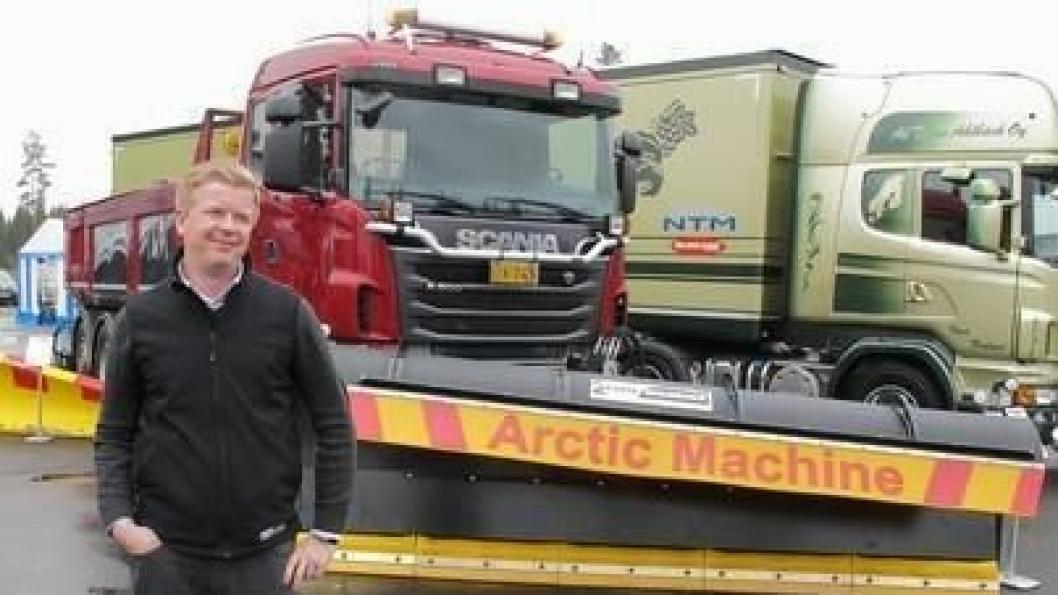 Salgssjef Toni Jääskeläinen i Arctic Machine foran en demobil med frontplog, underliggende skjær og sideplog.