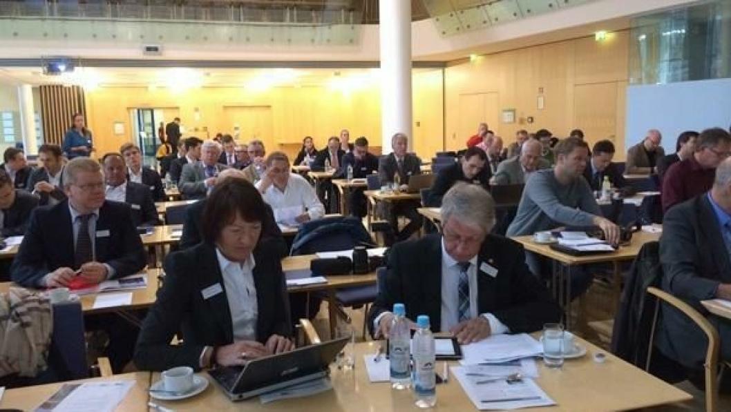 Terje Moe Gustavsen og Jane Bordal i Statens vegvesen forbereder sine innlegg på møtet med entreprenører i München.