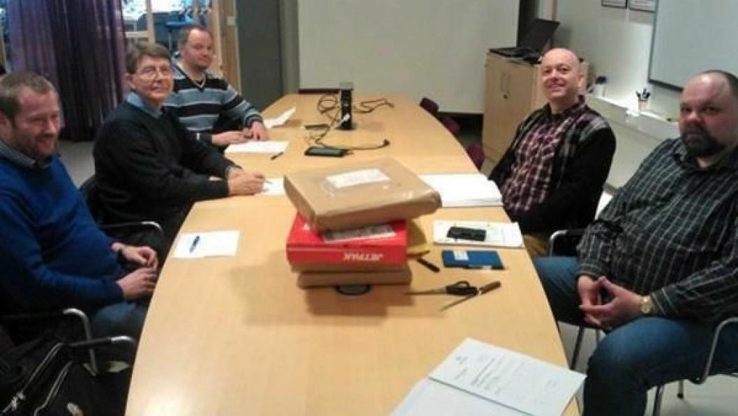 Fra venstre: Robert B. Hansen og Børge Sylte fra One Nordic Kraftmontasje AS og Torben Møller fra KT electrotech A/S. På høyre side sitter spente byggeledere, Terje Adolfsen og Jon-Trygve Løvik i Statens vegvesen.