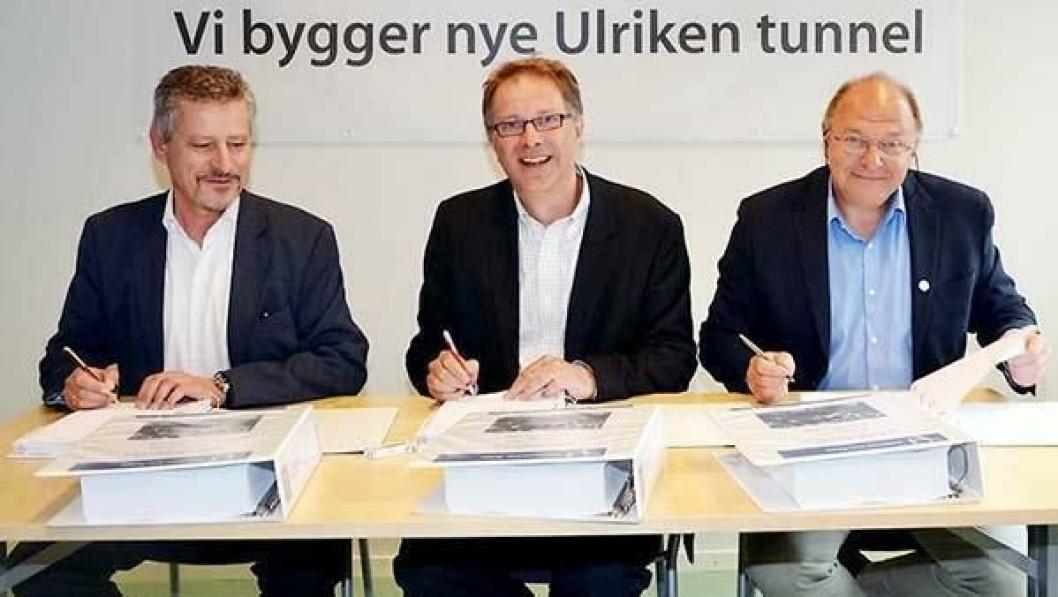 Wolfgang Lehner (f.v.) fra Strabag AG, Gunnar G. Løvas fra Jernbaneverket og Steinar Myhre fra Skanska Norge AS signerte kontrakten på den nye Ulriken tunnelen