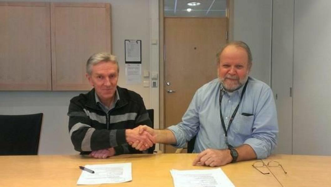 Sverre Lund fra Aas-Jakobsen (t.v.) og seksjonssjef Anders Aaram i Statens vegvesen på kontraktsigneringsdagen.