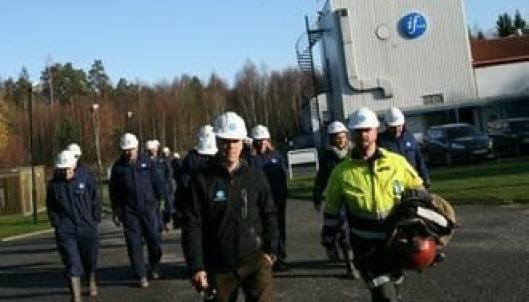 Fagsjef Terje Hagelund (foran t.h.) ved If sikkerhetssenter med Stortingets transportkomité på slep.