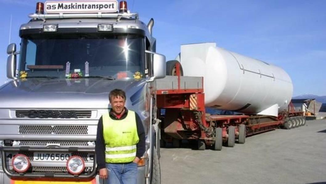 Ole Kristian Ruud, as Maskintransport, og hans Scania T144/530 hk venter på politiekskorte for å transportere et møllehus (maskinhus) den 20 km lange strekningen fra havna og frem til vindparken. Det 87 tonn tunge maskinhuset ligger stødig på en 8-akslet Nicolas modultrailer med sving/brems/løft på alle hjul som styres automatisk fra svingskiven.