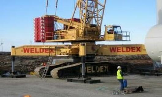 De tunge løftene blir utført av beltekranen Liebherr IR1400/W2 på 405 tonn.