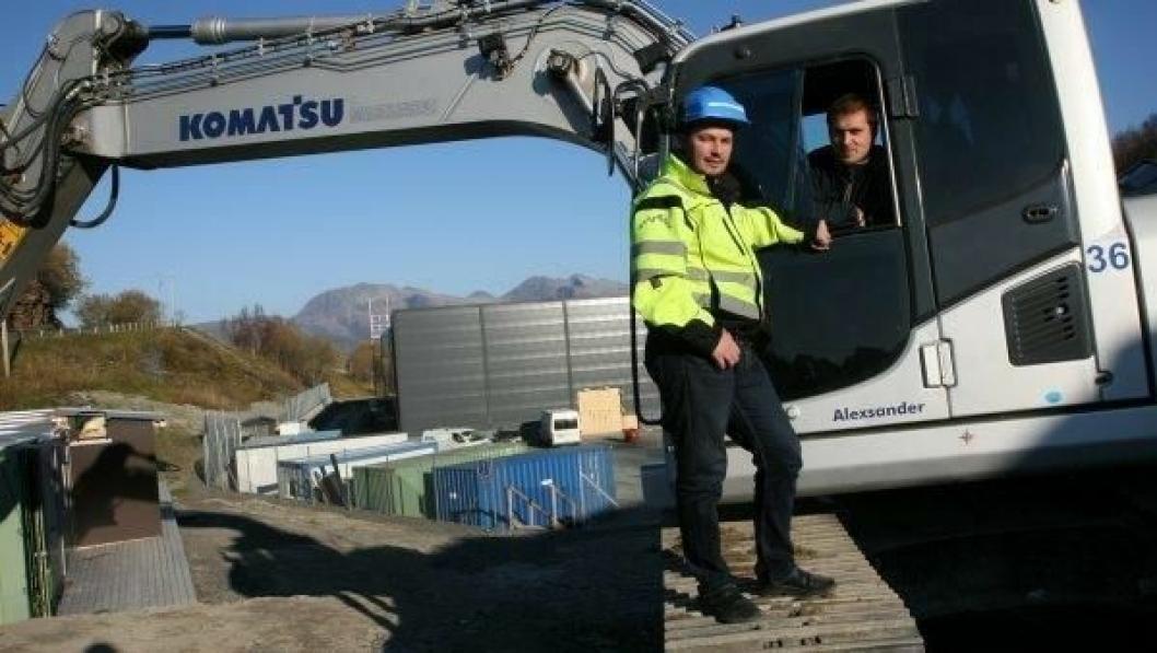 Prosjektleder Marius Lindgaard og maskinfører Alexander Eriksen i Lofoten-entreprenøren Magnussen & Sønn AS har stått for grunn- og betongarbeidene på AquaGens nyanlegg i Steigen.