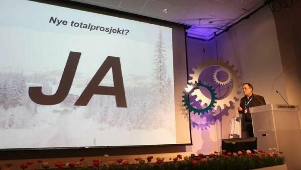 Daglig leder Øystein Syltern i Johs. J. Syltern AS fortalte om sine erfaringer med totalentreprise i veibygging til forsamlingen på Anleggsdagene 2014 på Gardermoen.