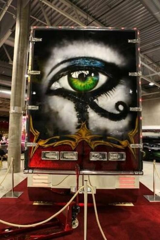 Slik ser vogntoget Tutankhamun ut bakfra. Legg merke til jekketrallen som også er motivlakkert.