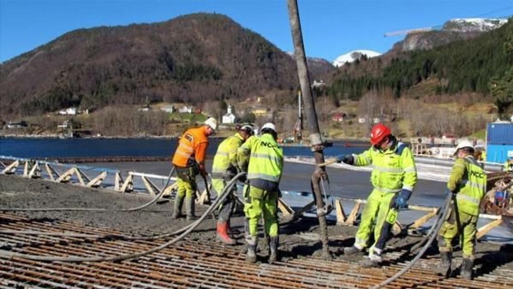 NCC i arbeid med å få betongen på plass.