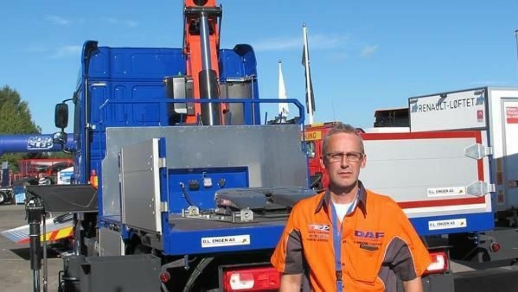 Salgskonsulent Rolf Ludvigsen bak DAF'en som er utstyrt både for å transportere takstoler og utføre rene kranoppdrag.