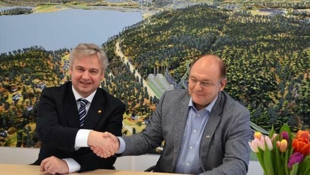 Konserndirektør i Skanska, Steinar Myhre og regionvegsjef i Statens vegvesen Region sør, Kjell Inge Davik signerer kontrakten om bygging av E18 Bommestad-Sky i Larvik.