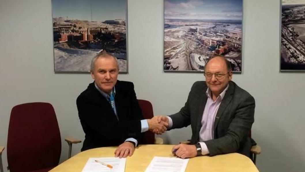 Prosjektsjef Bjørnar Bendiksen i LKAB (t.v.) og konserndirektør Steinar Myhre i Skanska Norge AS på kontraktsigneringen.