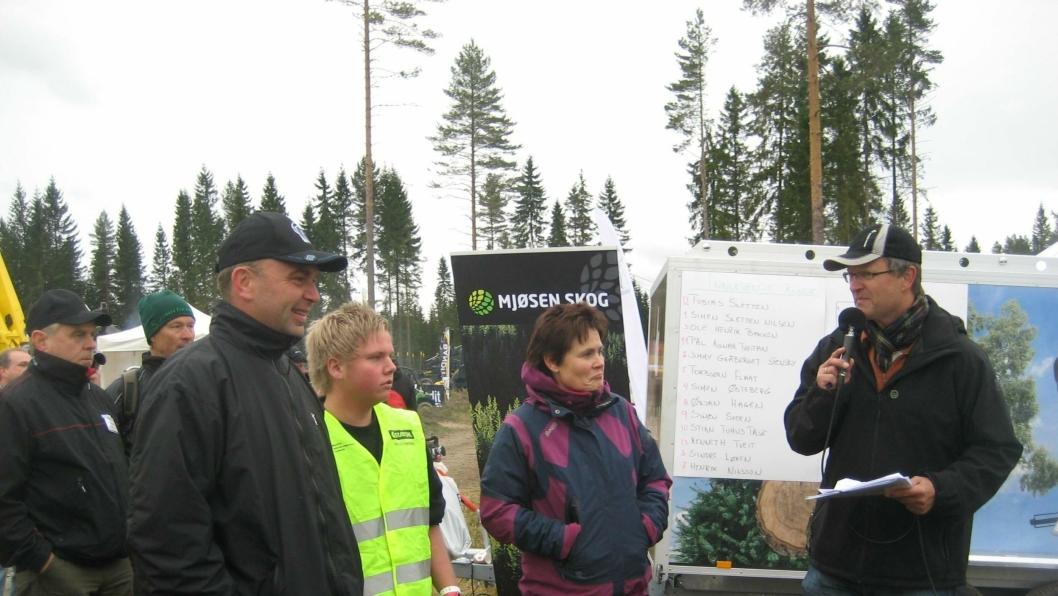 Simen Sletten Nilsen med sin arbeidsgiver Jan Birger Holth. De øvrige er Siv Berg (jury) og speaker Torfinn Kringlebotn.