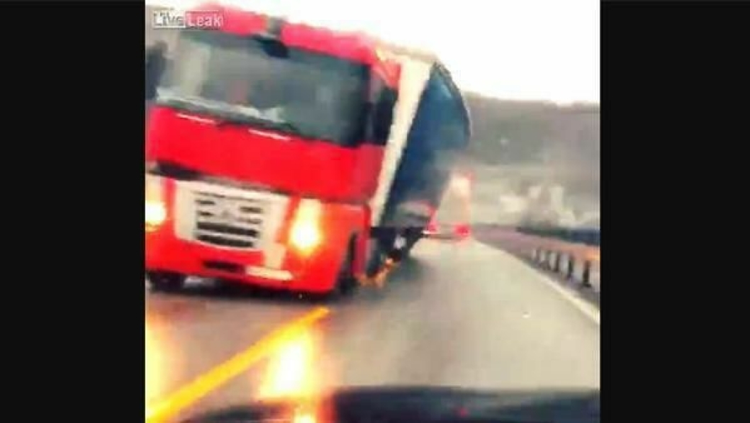 Denne lastebilen fikk kjenne på norske vindkast tidligere i høst.