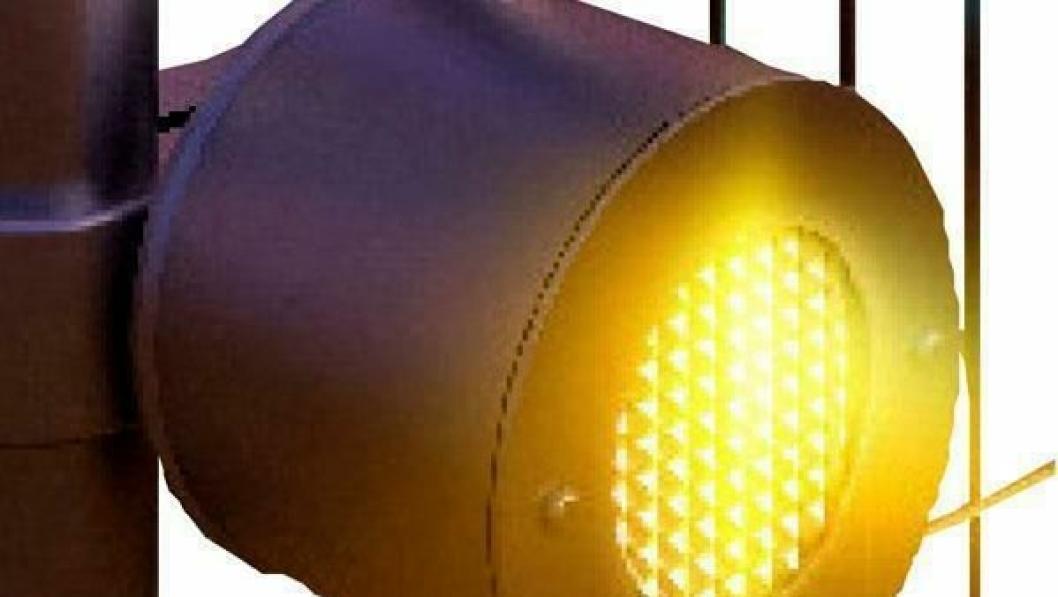Denne LED-lampen festes på byggegjerder med spesialverktøy.
