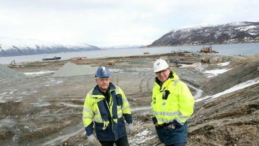 - Til høsten er oppdraget på Grøtsund utført, forteller Skanskas produksjonsleder Odd Arne Helvik (t.v.) til Tromsøs havnedirektør Halvar Pettersen.