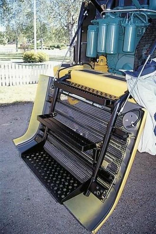 Trinn på innsiden av den nedfellbare grillen gjør det lett å komme til for service i motorrommet. En løsning som er inspirert av lastebilbransjen, eller...