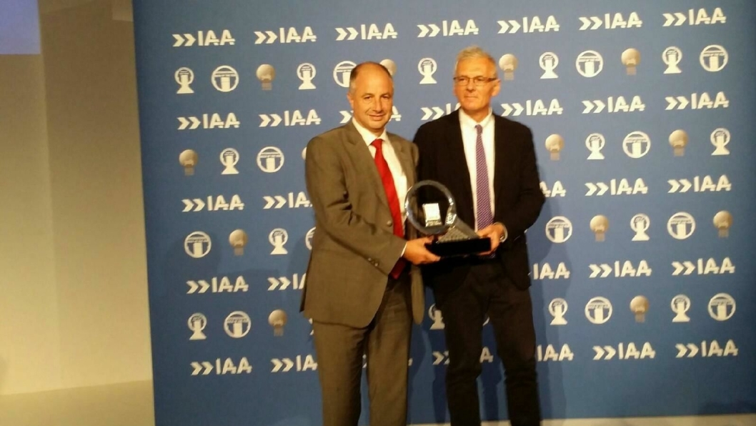 Juryformann Gianenrico Griffini deler ut prisen til toppsjef hos Renault Trucks, Bruno Blin.