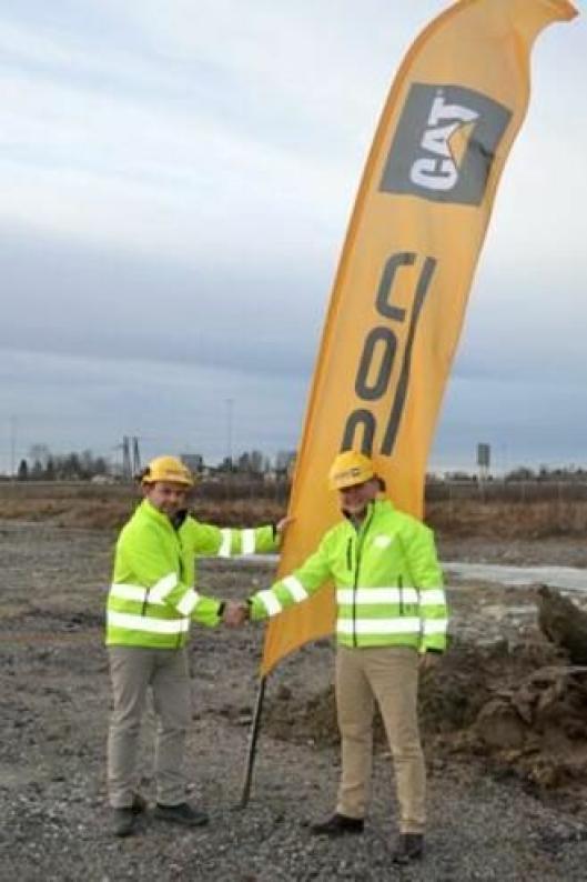 Markedsdirektør Espen Paulseth (t.v.) og kommersiell direktør Erik Sollerud i Pon Equipment AS har plantet flagget der det nye hovedkontoret til Pon skal ligge i Norge.