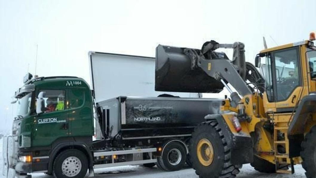 Et av de mange 90-tonns Scania-vogntogene som har gått i skytteltrafikk mellom gruveområdet og jernbanen noen mil unna med jernmalmkonsentrat.