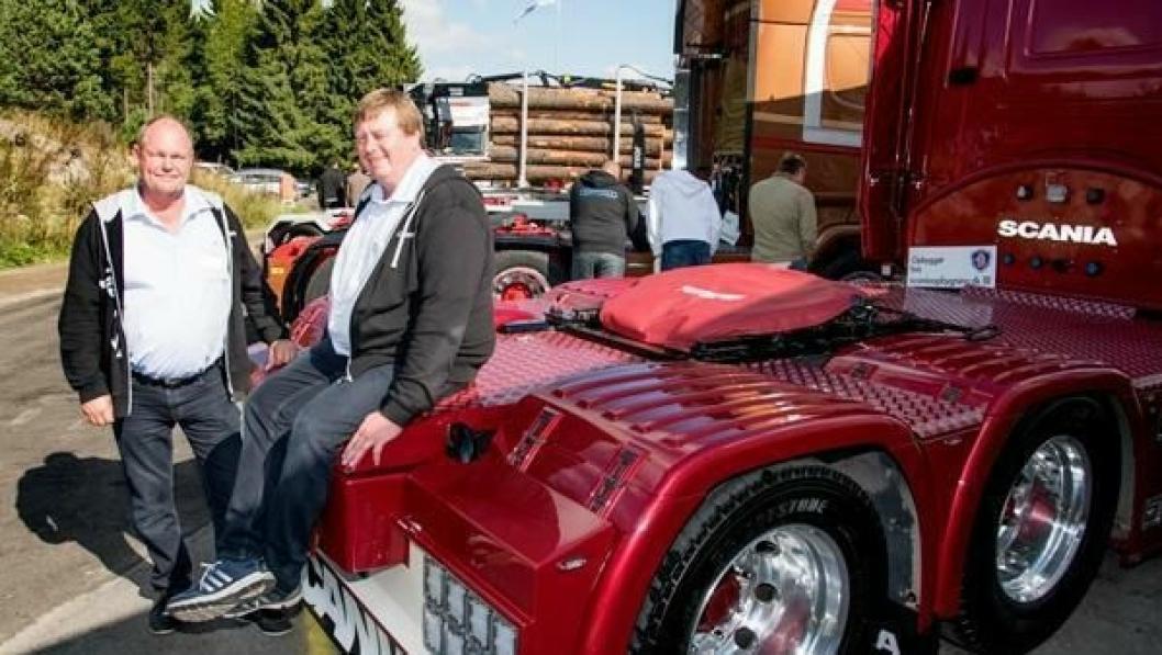 Otto Hirschel (til høyre) og Gert Nommensen fra Scania Opbygning i Danmark hadde med seg to norske kundebiler til Transportmessa.