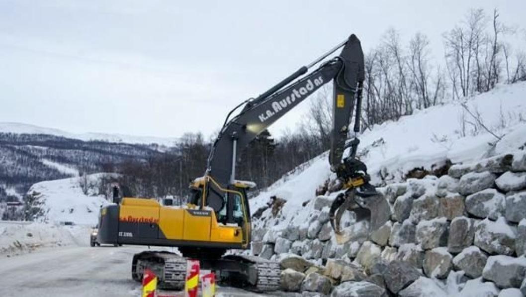 Her er en av gravemaskinene fra underentreprenør K. A. Aurstad i arbeid med natursteinmur på strekningen.