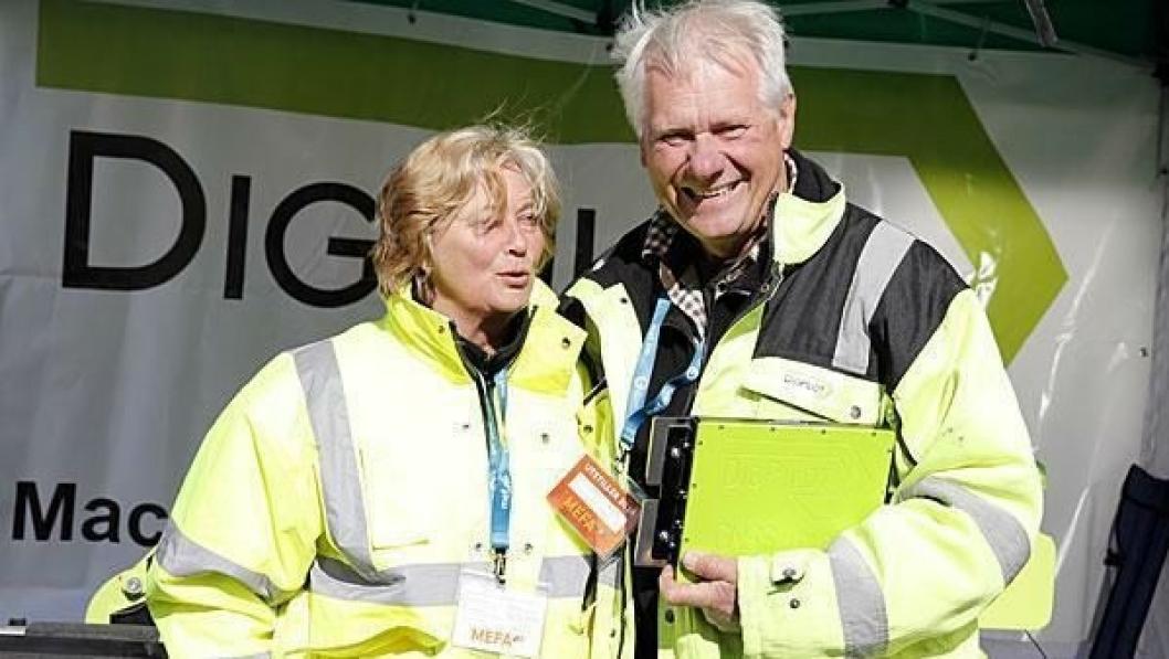 Jan Floberg og Bente Strøm Gundersen koste seg i solgløttet på MEFA-utstillingen.