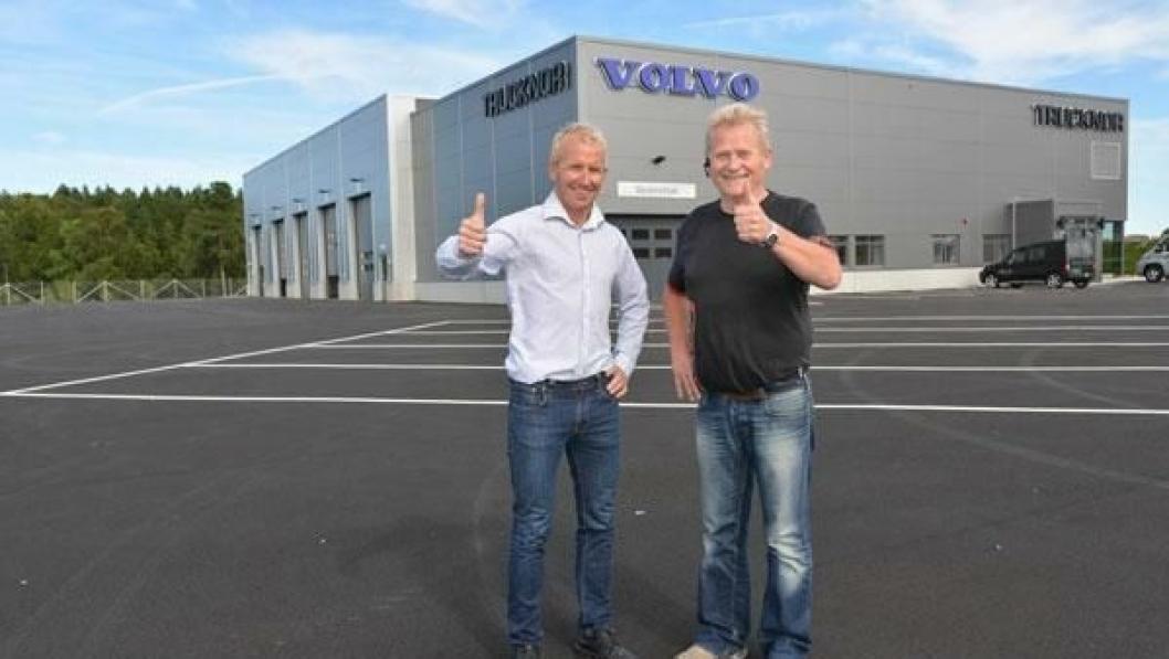 Daglig leder Knut-Erik Lyngroth (t.v.). og lastebilselger Reidar Sines er stolte over det nye Trucknor-anlegget i Arendal.