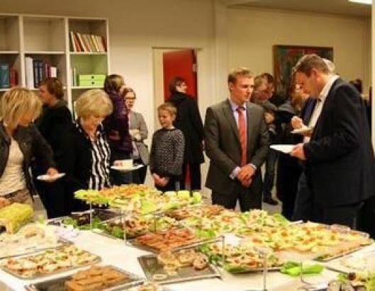 STOR STÅHEI: Mange møtte frem til kontraktsigneringen på Færøyene. Etterpå ble det holdt taler, fremført sanger og servert mat og drikke.