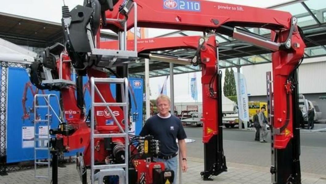 Eksportsjef Michael Lystager i HMF hadde verdenslanseringer å by på i Hannover. Langarmsmodellen løfter 980 kg på 13,9 meters rekkevidde og har maks. løftemoment på 20,4 tonnmeter.