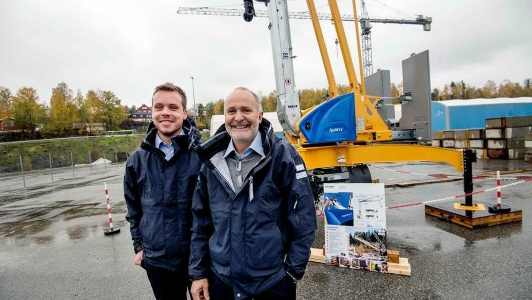 NYHETER: Nyansatt selger Stian Martinsen (til venstre) og regionsjef Vest, Kjell Lillebø, foran den nye Potain Igo M14. Den kan trekkes bak lastebil i 80 kilometer i timen og reises på 20 minutter.